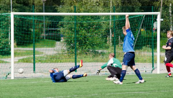 Omerovic taistelee pallon verkkoon 2-0