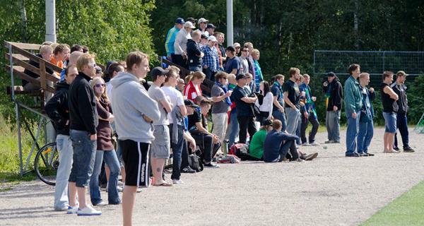 Kaukajärvelle saapunut runsaslukuinen yleisö sai nauttia auringon lisäksi hyvästä jalkapallosta