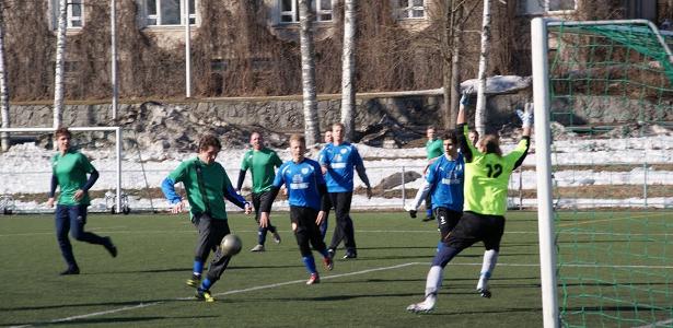 Vesa Suonsyrjä maalaa 1-0.