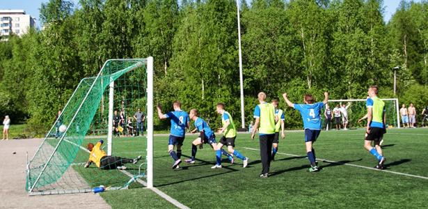 Timo Kauppinen on puskenut pallon maaliin suoraan Mika Kytöviidan pitkästä sivurajaheitosta