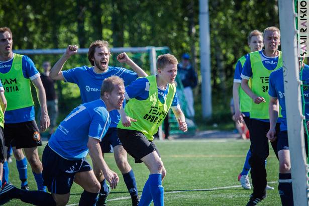 Timo Kauppinen on puskenut pallon maalia kohti. Juha Kumara tuulettaa jo.