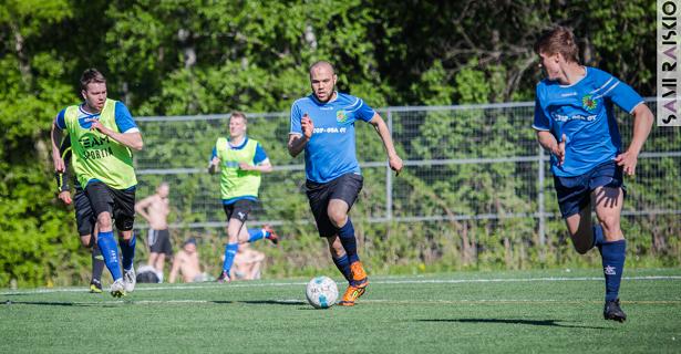 Mohammed El-Harrak vie palloa ja Lauri Heittola nousee mukaan hyökkäykseen