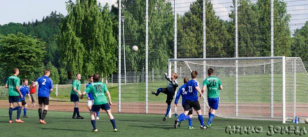 Sinipaidat sai otteluun hyvän alun ja PJK:n maalivahti joutui venymään parhaimpaansa