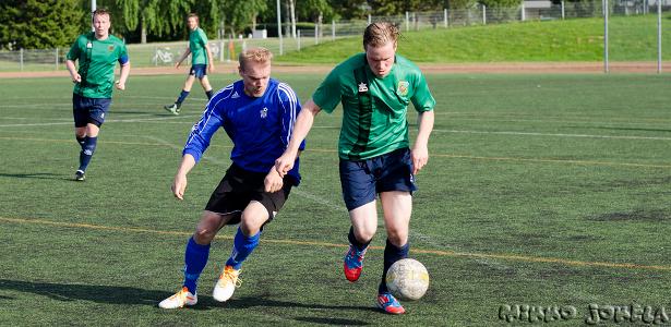 Petri Vadén pallossa, taustalla Joonas Kupiainen ja puolustuksessa jälleen loistanut Juha Kumara