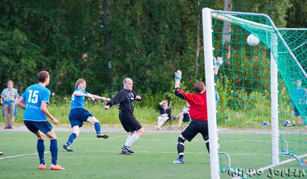 Mika Kytöviita ampuu pallon voimalla yläriman kautta maaliin: 2-0