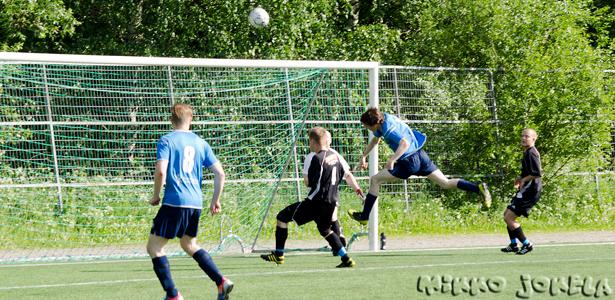 Hyvän ottelun pelannut Vesa Suonsyrjä puskee, mutta pallo suuntautuu yli maalin