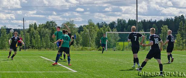 Jan Irjala voittaa maalivahdin ja puolustajan pääpallossa, ja sijoittaa pallon tyhjään maaliin