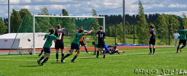 Vesa Suonsyrjä, Juha Kumara ja Jacin Dakkaki tuulettavat 1-2 -maalia