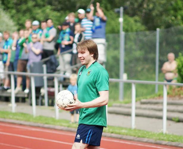 Mika Kytöviitaa valmistautuu 1-2 -voittomaaliin johtaneeseen sivurajaheittoon