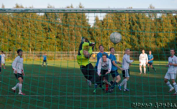 Jan Irjala on puskenut pallon voimalla verkkoon