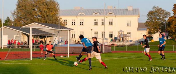 Ahmed Lakra ampuu pallon maaliin komean yksilösuorituksen päätteeksi
