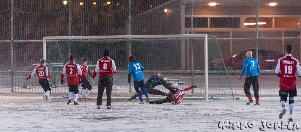 Risto Niskanen yrittää maalia, mutta toijalalaismaalivahti venyttä sormensa pallon tielle.