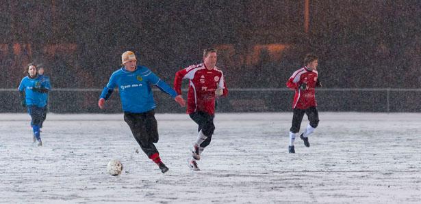 Mika Kytöviita nousee pallon kanssa.