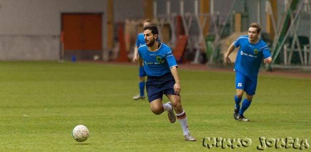 Testimies Sergio Moreschini (keskellä) pelasi lupauksia antavasti keskikentän pohjalla.