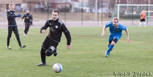 Samuli Salminen pyöritti peliä FC Melodyn keskikentällä