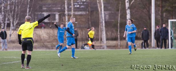 Petri Vadén on juuri tehnyt 1-2 maalin, Jouko Turunen tuulettaa taustalla