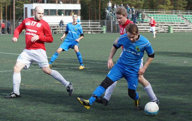 Jan Riikonen taistelee pallosta, taustalla kärjessä aloittanut Jacin Dakkaki