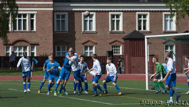 Jan Irjalalla on katse pallossa, mutta FJK:n Joona Murtolahti estää aikeet. Tuloksena pilkku.