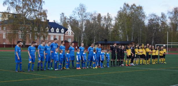 Tappiottoman futsal-kauden talvella pelanneet TamU-K:n F9-juniorit saattoivat joukkueet kentälle