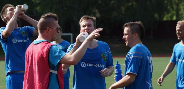 Helteisessä ottelussa pidettiin ylimääräiset juomatauot molemmilla jaksoilla. Päävalmentaja Mika Suonsyrjä jakaa neuvoja.