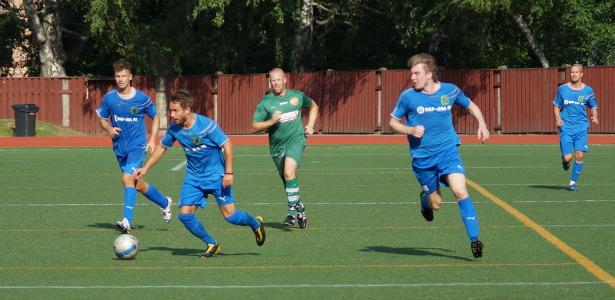 Jan Riikonen tuo palloa, mukana hyökkäyksessä myös Andrea Milanti (vas) ja Mika Kytöviita (oik)