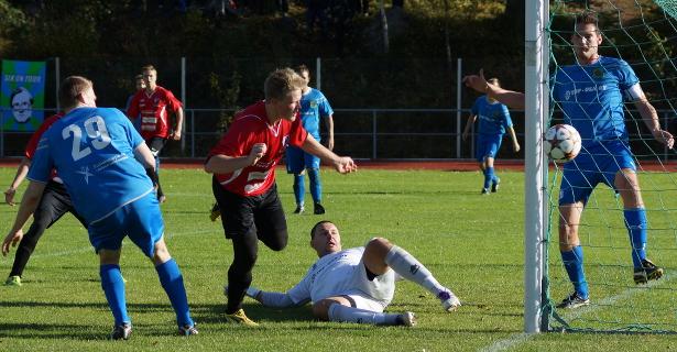Ilkka Innola ja Jan Irjala näkevät pallon menevän niukasti ohi maalin