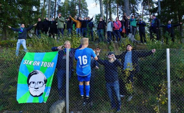 Markus Silvennoinen nousee kannattajat kentästä erottaneelle aidalle