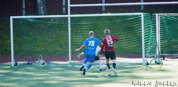 Ari-Pekka Puputti pelastaa vastaantulollaan maalin syntymisen