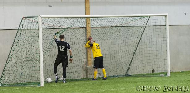 Maalivahti Jani Pelkola ja pallon omaan maaliin puskenut Tuomas Repo