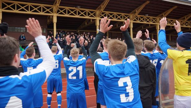 Joukkue kiittää kannattajia ottelun jälkeen