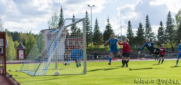 ...Veli-Pekka Franssila saa pallon takatolpalla...