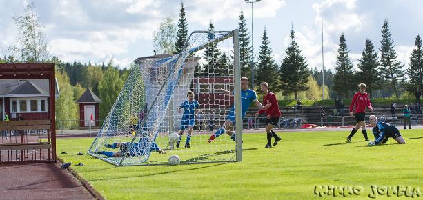 ...ja Ilkka Korvanen pääsee laittamaan pallon tyhjään maalin.
