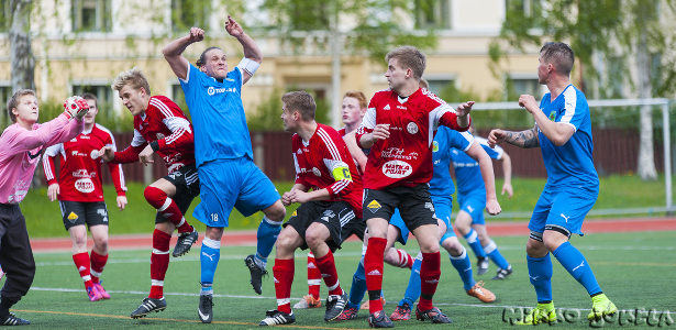 Otto Pitkänen tavoittelee palloa