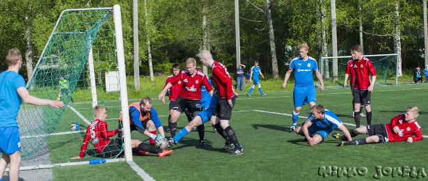 ...eikä Tommi Lehtimäki aivan ehdi palloon ennen maalivahti Sami Vahalaa.