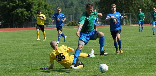 Veli-Pekka Franssila ohittaa maalivahdin ja tekee 0–1-maalin