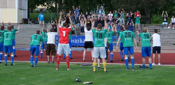 Joukkue kiittää kannattajia ottelun päätyttyä