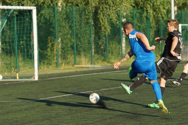 Veli-Pekka Franssila laukoo pallon niukasti ohi maalin