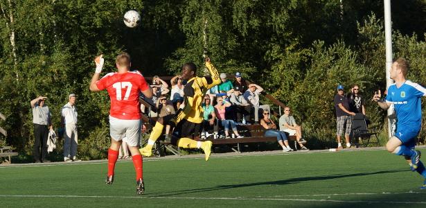 Prince Ampahin tsippi ylittää maalivahti Roope Hakulisen, mutta Markus Halme pelastaa pallon viivalta