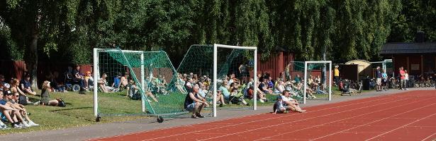 Myös katsomon aurinkoisella puolella oli runsaasti yleisöä
