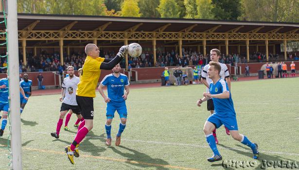 Eetu Pajala pudottaa helpon pallon...