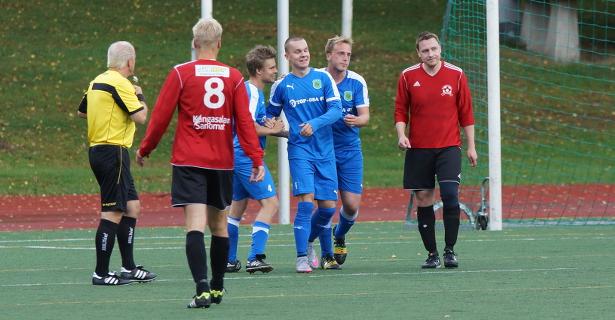 Severi Hiltusta hymyilyttää maalin jälkeen, onnittelemassa Tommi Lehtimäki (vas) ja Chakib Belbachir (oik)