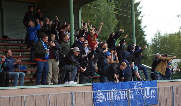 Sinikaarti juhlii 0–2-maalia